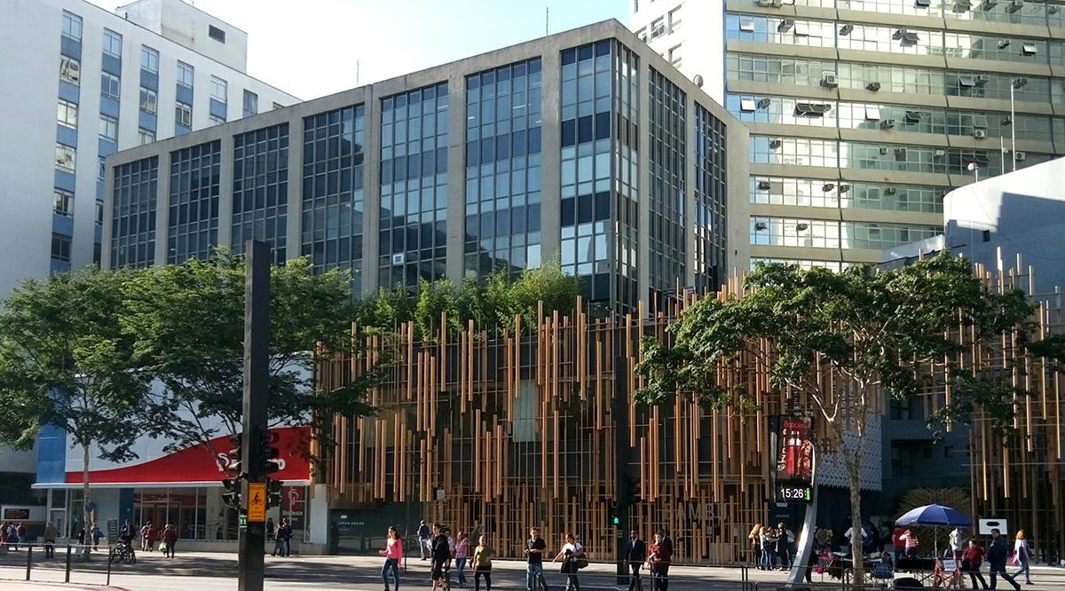 O acesso ao escritório da Fundação Japão é pela entrada do lado esquerdo do banco. Foto: ©FJSP